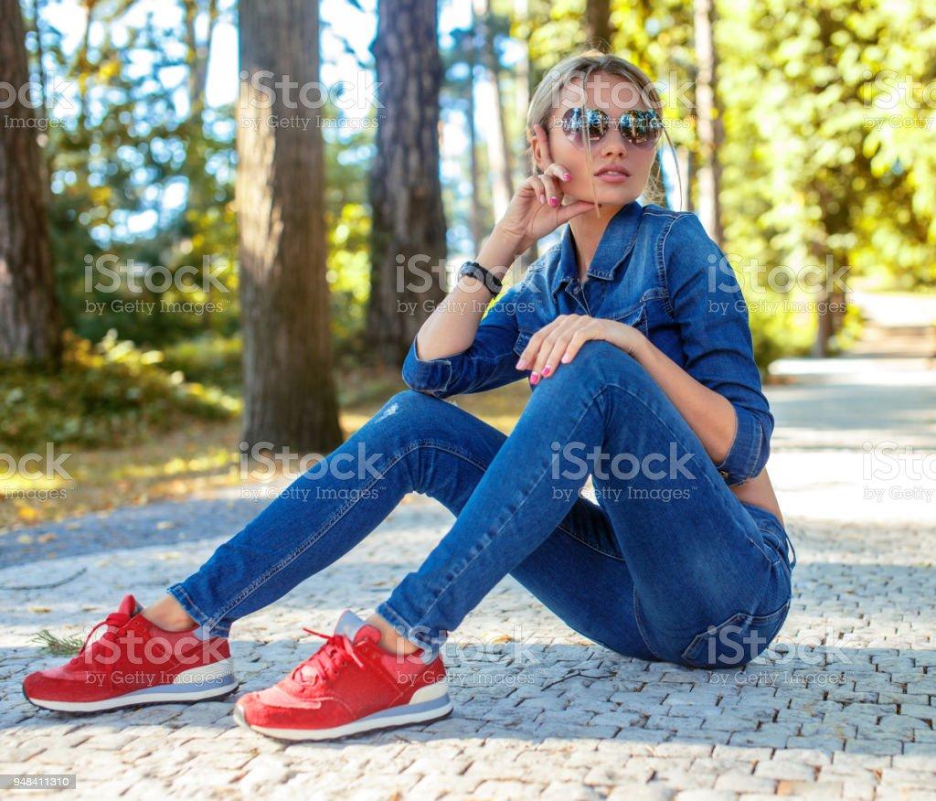 Blonde Libre Femme Dans Les Slim De Chaussures Photo Droit 13lFJcTK