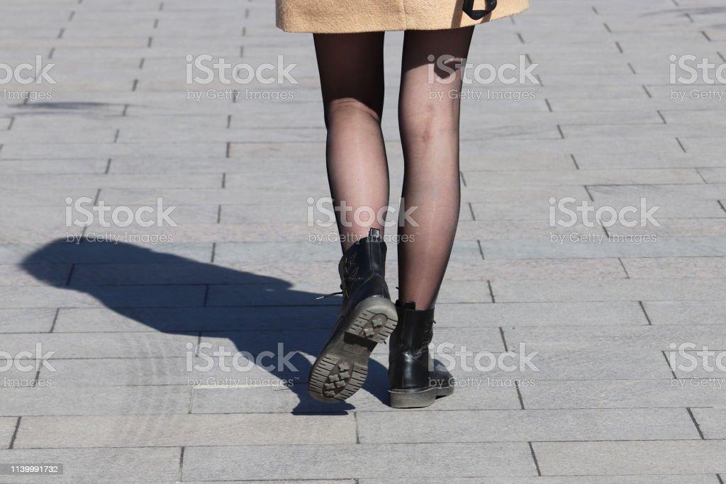 Kurze Shorts Und High Heels Und Strümpfe Stockfoto und mehr