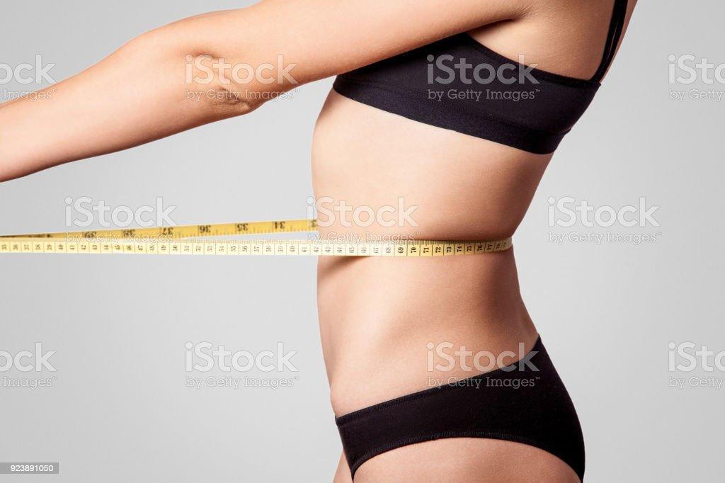 2c6e5c314392a1 Slim Fit Glückliche Junge Frau Mit Maßband Messen Ihre Taille Mit ...