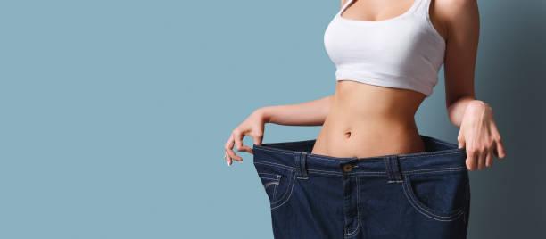 menina magro em calças muito grandes. perda de peso - calça comprida - fotografias e filmes do acervo