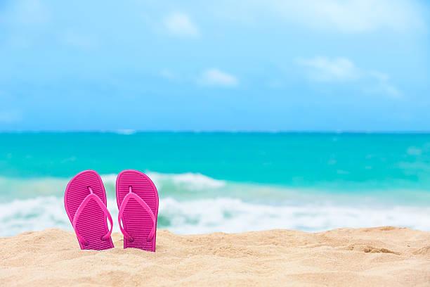 hausschuhe auf den strand - salzwasser sandalen stock-fotos und bilder