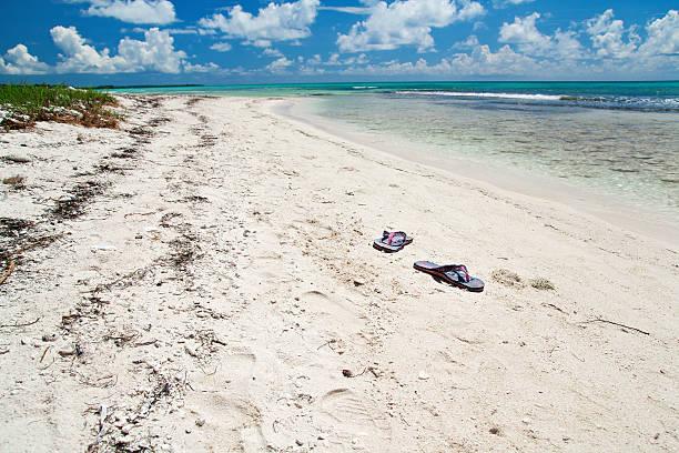 hausschuhe auf tropischen strand - flitterwochen flip flops stock-fotos und bilder