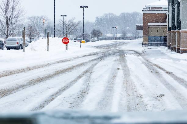 Slippery Snow Tire Tracks in Einkaufszentrum Parkplatz – Foto