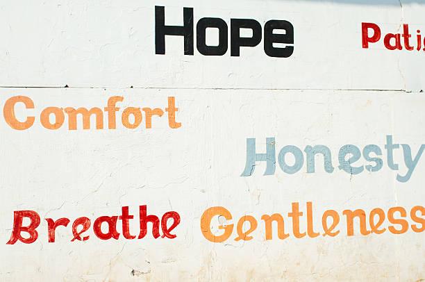 slogans auf die wand in kochi, kerala - sprüche ehrlichkeit stock-fotos und bilder