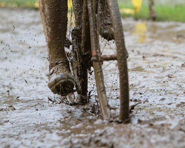 sloppy schlamm radfahren - cyclocross stock-fotos und bilder