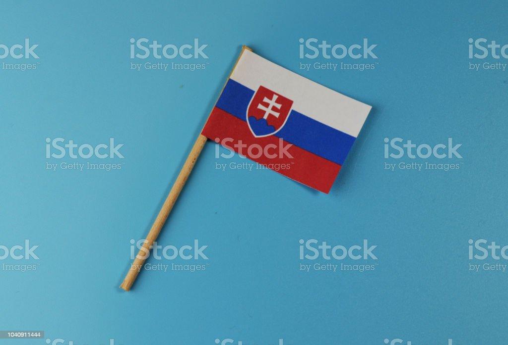 Una bandera de Eslovaquia sobre fondo azul - foto de stock