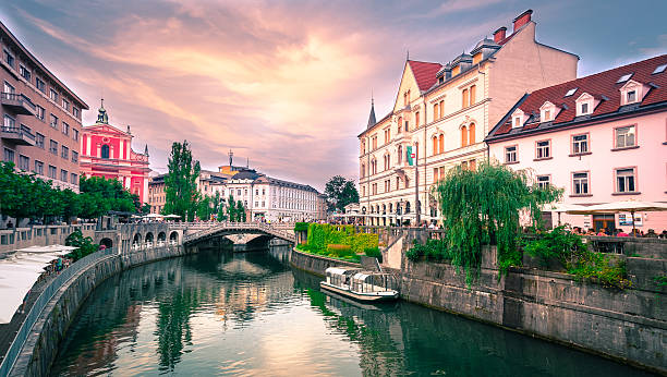 slovenia ljubljana tromostovje ljublianica river church - słowenia zdjęcia i obrazy z banku zdjęć