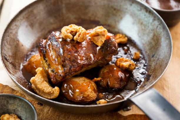 lento cocinado vientre de cerdo con chicharrones y carne de cerdo patatas jus y bebé - tocino fotografías e imágenes de stock