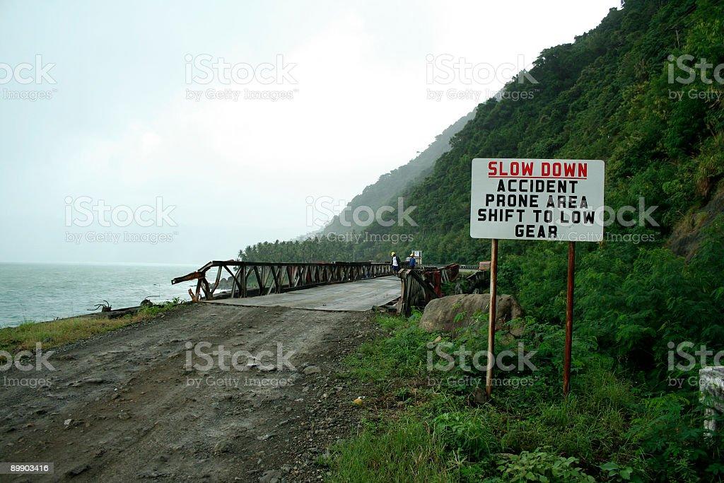 Замедлить опасных Дорога вдоль берега Мост Филиппины Стоковые фото Стоковая фотография