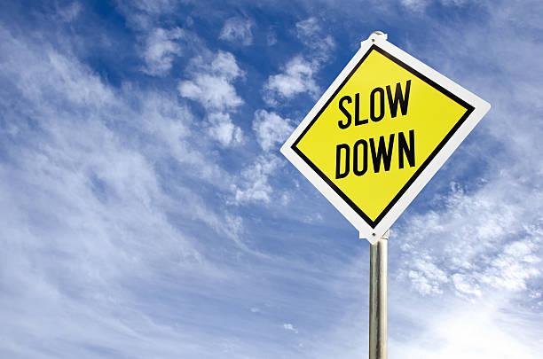 slow down road sign - langzaam stockfoto's en -beelden