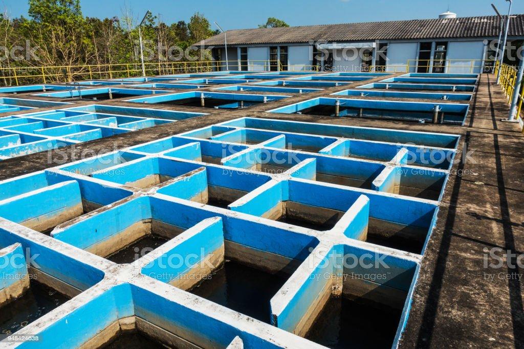 Tanque de floculación y sedimentación en la planta de tratamiento de agua convencional de mezcla lenta - foto de stock