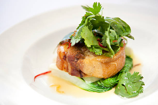 cámara lenta de vientre de cerdo asado con asiática verdes - tocino fotografías e imágenes de stock