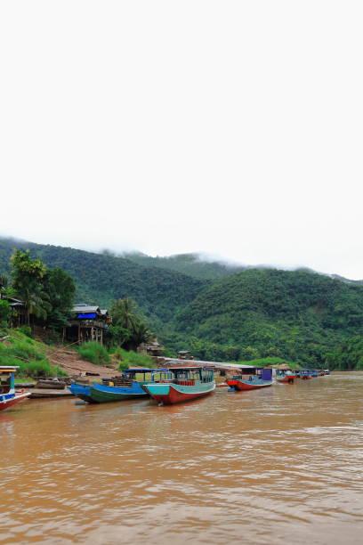 Slowboats moored-Nam Ou Fluss Pier. Muang Khua-Phongsali Provinz-Laos. 3817 – Foto