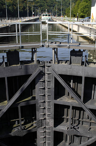 Abflussrinne Tor in den Fluss Saar nahe Mettlach – Foto