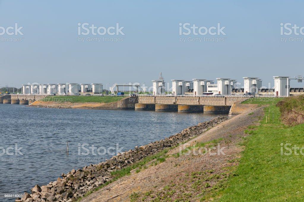 Sluizen in Nederlandse Afsluitdijk voor het aftappen van water van lake IJsselmeer foto