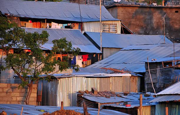 bidonville de maisons de l'architecture zinc - comores photos et images de collection