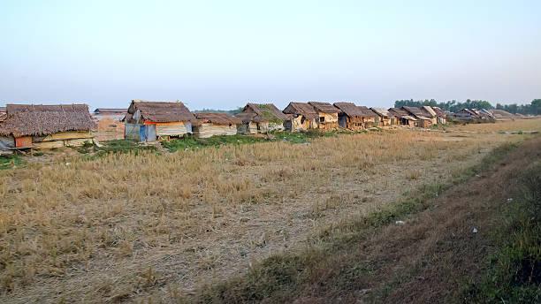 slum myanmar - mülltonnenhäuschen stock-fotos und bilder