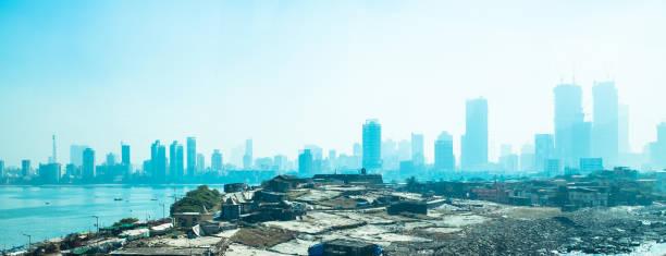 slum unter der verschmutzung auf die wolkenkratzer-skyline in mumbai, indien - größte städte der welt stock-fotos und bilder