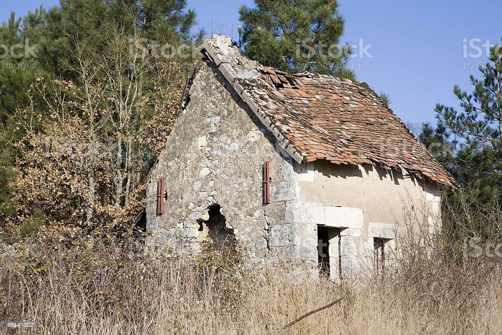 Piccola casa abbandonata nella campagna francese foto stock royalty-free