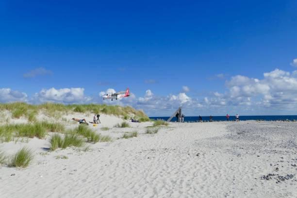 kleines flugzeug landung auf dem flughafen in helgoland - nordsee urlaub hotel stock-fotos und bilder