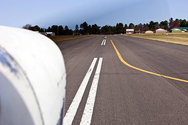 kleines flugzeug landung auf einem laufsteg - flugschule stock-fotos und bilder