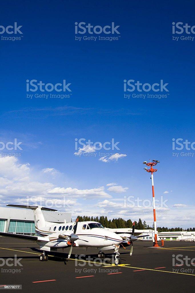 Piccolo aeroplano sulla passerella foto stock royalty-free