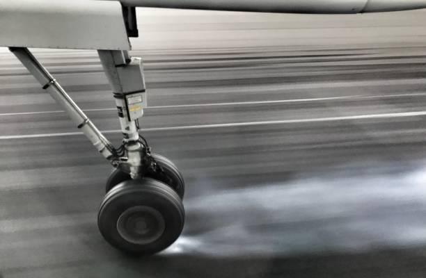 rueda de pequeño avión en la pista del aeropuerto. - aterrizar fotografías e imágenes de stock
