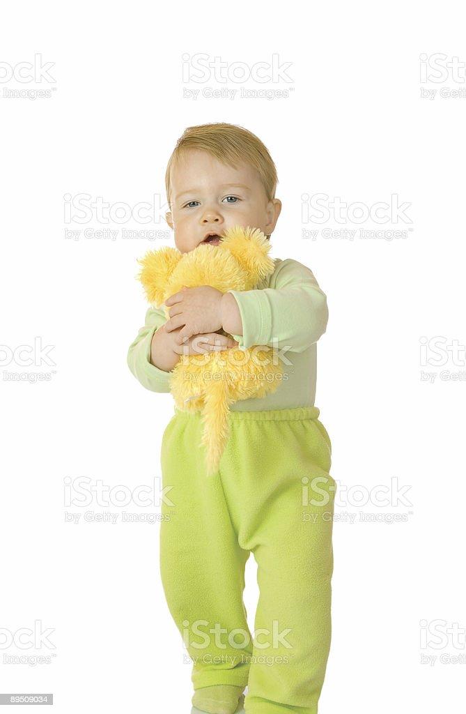 Petit bébé avec jouet de souris votre photo libre de droits