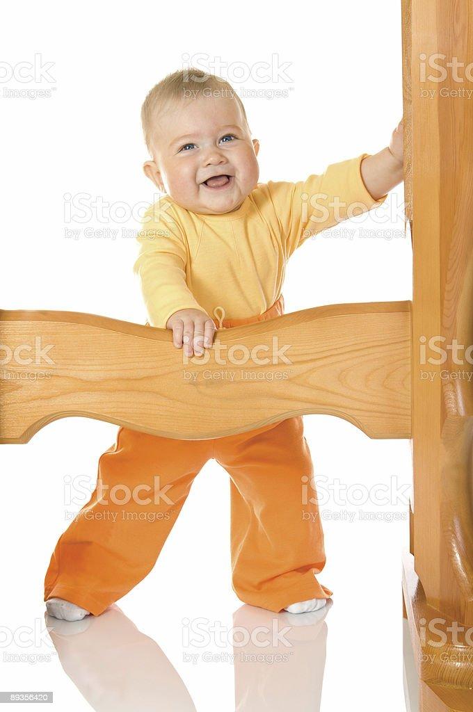 Piccolo bambino soggiorna con tabella isolato foto stock royalty-free