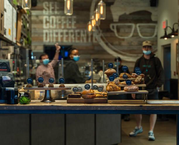 Während der COVID-19-Pandemie in Manhattan Downtown wurde eine kleine Bäckerei in begrenzter Kapazität wiedereröffnet. – Foto