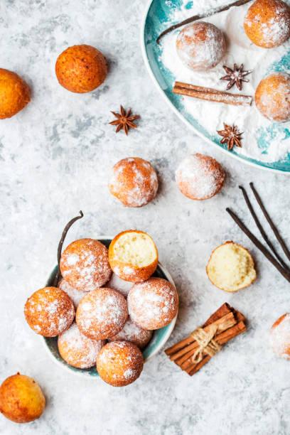 kleine kugeln hüttenkäse in puderzucker - hausgemachte gebackene donuts stock-fotos und bilder