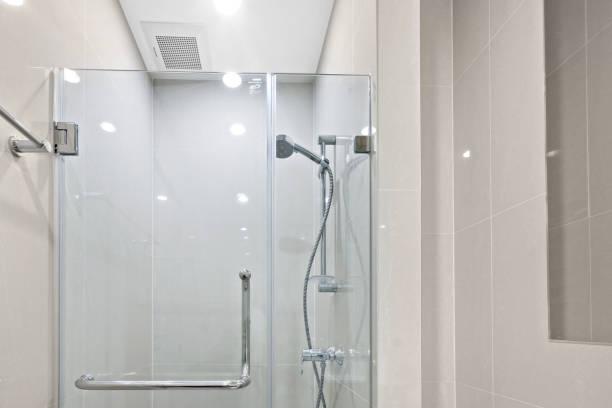 kleines bad in meinem condominuim - dusche stock-fotos und bilder