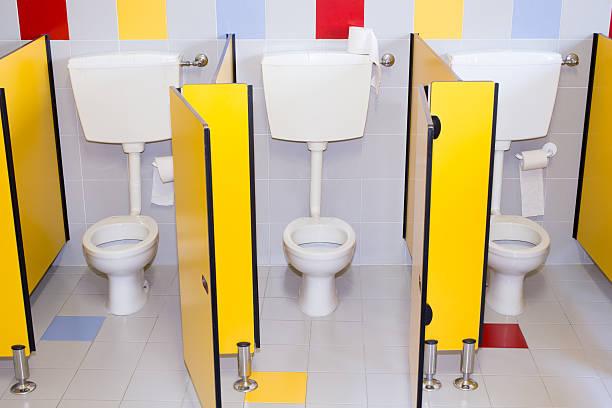 kleine badezimmer einer schule für kinder - kindergarten handwerk stock-fotos und bilder