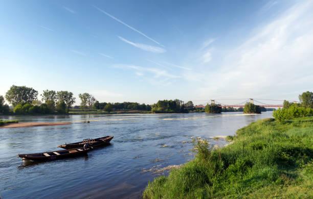 petit bateau et rive de la Loire en saison estivale - Photo