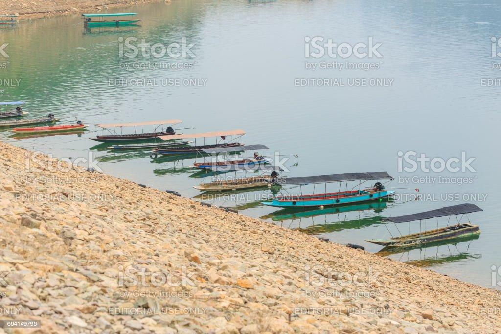 NAKHON NAYOK, THAILAND - APRIL 3, 2017 : Small boats along the River at Prakarnchon Khun Dan Dam early in the morning in Nakhon Nayok, Thailand. foto stock royalty-free