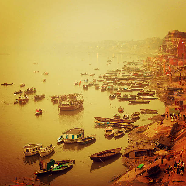 Kleine Boote Ganga vintage-Effekt.  Sunrise retro Foto. – Foto