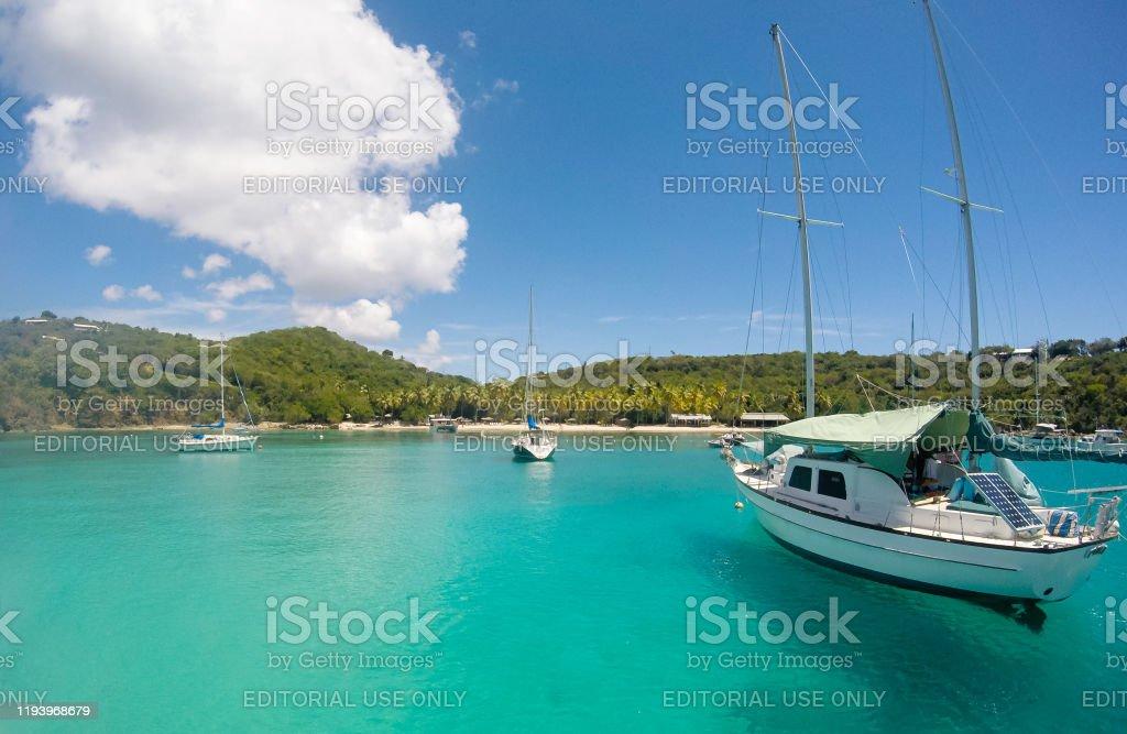 Small boats bringing tourists at Honeymoon Beach on St John - US Virgin Islands - Royalty-free Antígua - Ilhas Leeward Foto de stock