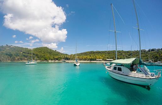 Small Boats Bringing Tourists At Honeymoon Beach On St John Us Virgin Islands - Fotografias de stock e mais imagens de Antígua - Ilhas Leeward