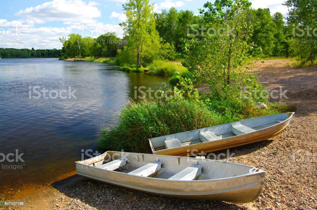 Pequeñas embarcaciones en la playa - foto de stock