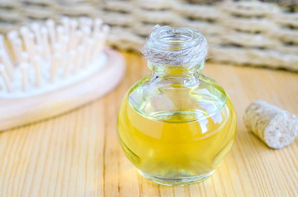 表面的なオイルのボトル 1 本 - 人の髪 ストックフォトと画像