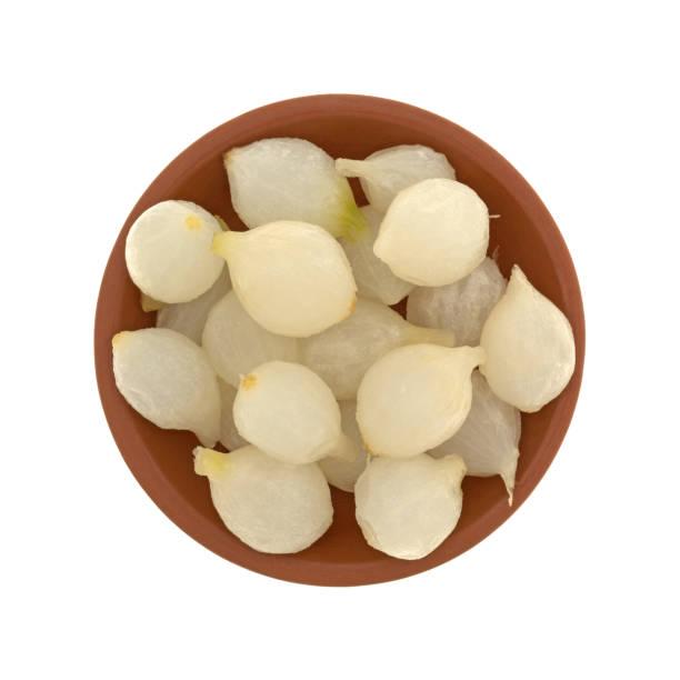 kleine schüssel mit gekochtem perlzwiebeln - perlzwiebeln stock-fotos und bilder