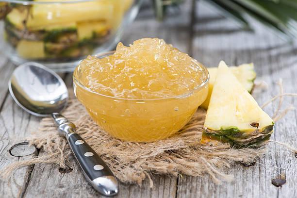 kleiner schüssel mit ananas-chutney - ananas marmelade stock-fotos und bilder