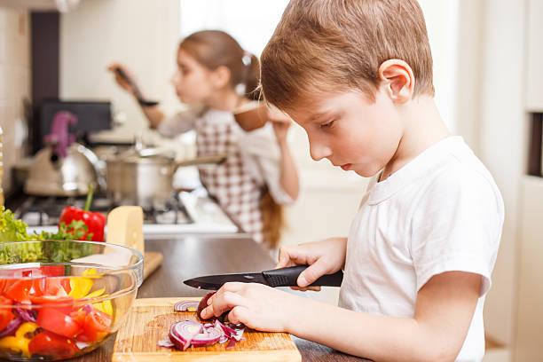Kleiner Junge und seine Schwester kochen in der Küche – Foto