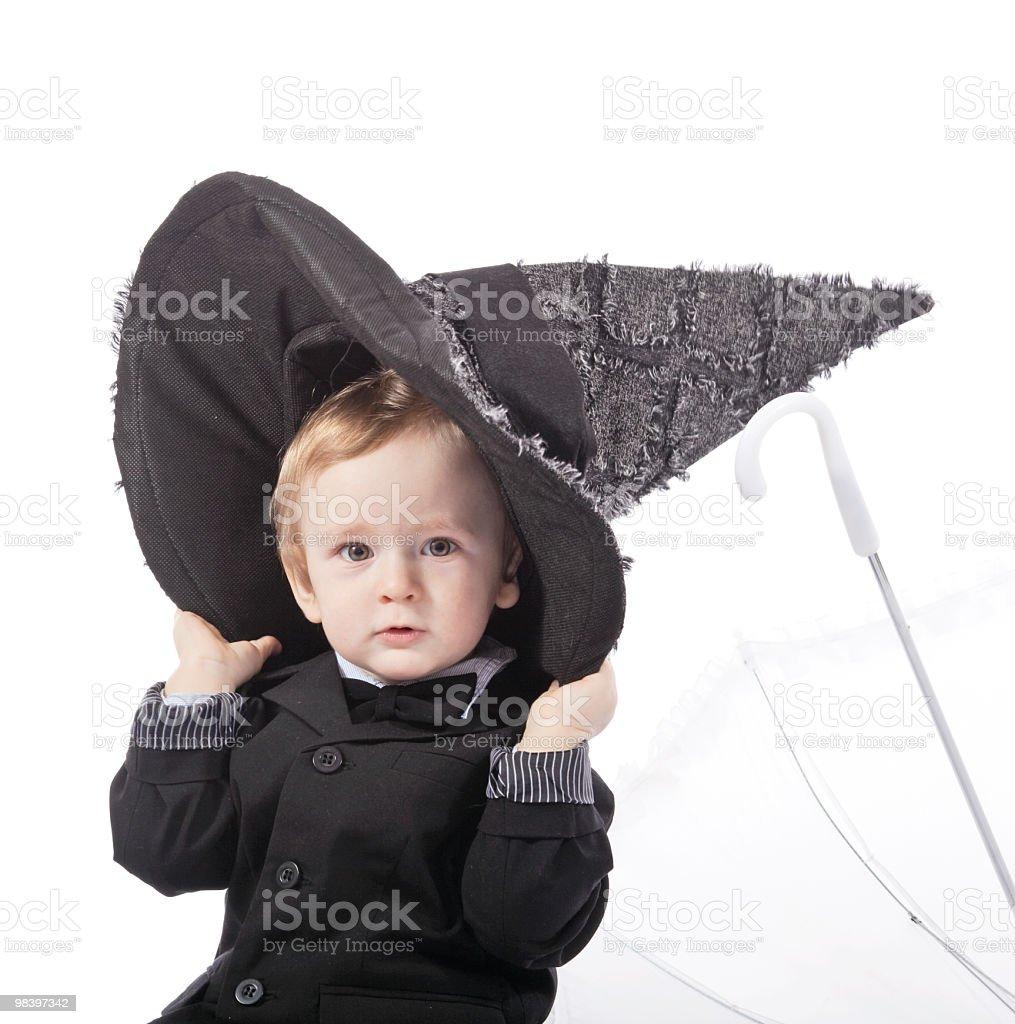 Piccolo ragazzo in un cappotto nero foto stock royalty-free