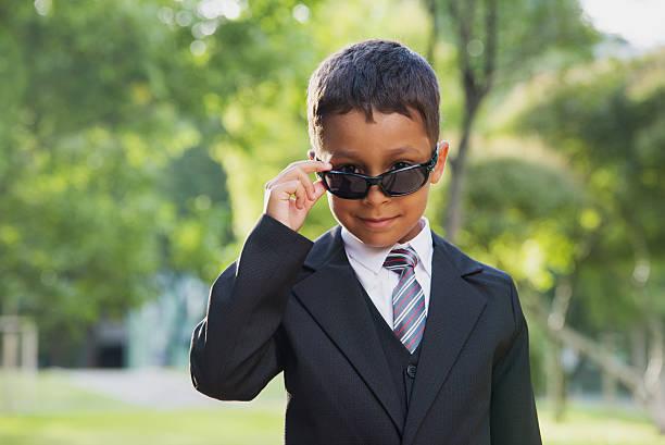 kleiner junge im schwarzen anzug und schwarzen sonnenbrillen. - festliche babymode junge stock-fotos und bilder