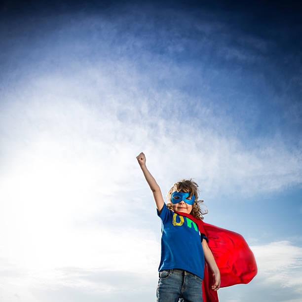 pequeno menino em super-herói attire contra o céu azul - baby super hero imagens e fotografias de stock