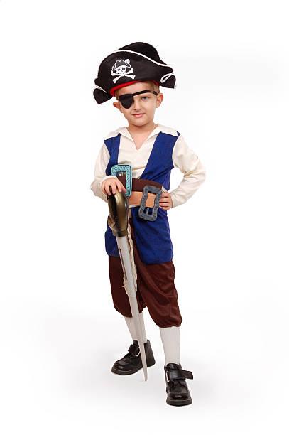 kleine junge in piraten-kostüm - kleine jungen kostüme stock-fotos und bilder