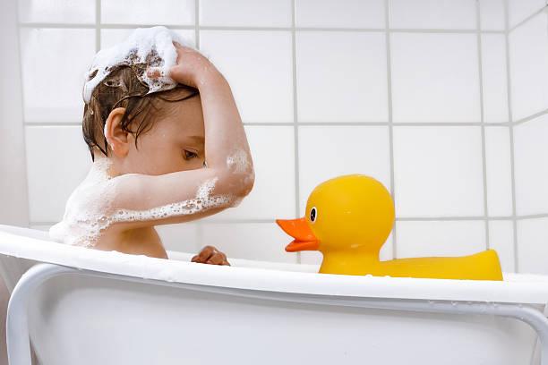 Einen kleinen Jungen Waschen Haare in der Badewanne – Foto