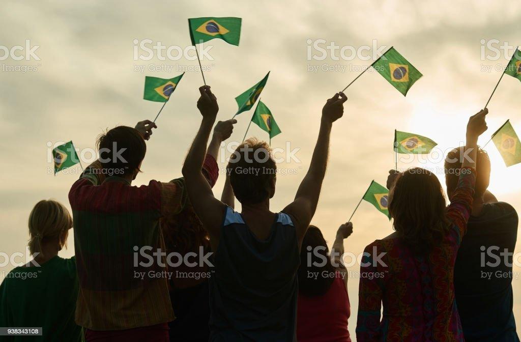 Pequenas bandeiras brasileiras. - foto de acervo