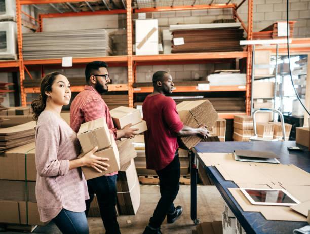 pequeñas empresas y jóvenes emprendedores - suministros escolares fotografías e imágenes de stock